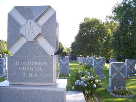 tomb_of_the_unknown_soldier_and_other_upa_graves_in_the_ukrainian_orthodox_cemetery_in_south_bound_brook_new_jersey..jpg